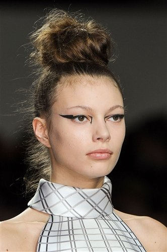 How To Wear Graphic Eyeliner Thefashionspot