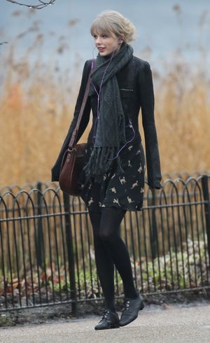 Taylor Swift visits the Diana Memorial London Jan 2012