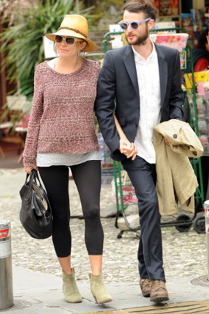 042f4d85 Sienna Miller Nails Pregnancy Chic - theFashionSpot