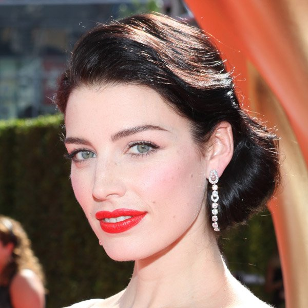 Get Jessica Pare's Polished Retro Emmy's Look